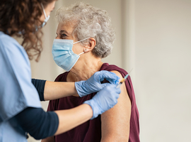 Vlaamse Ouderenraad niet voor aparte versoepelingen voor wie vaccin kreeg