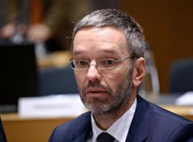 Voorzitter extreemrechtse Oostenrijkse partij bewijst dat hij niet stiekem gevaccineerd is